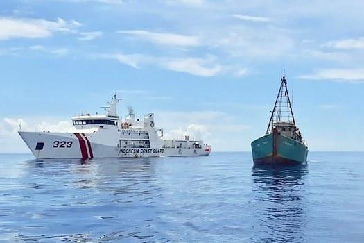 Hình minh hoạ. Hình chụp hôm 26/7/2020: tàu tuần duyên của Indonesia cạnh một tàu cá của ngư dân Việt Nam gần quần đảo Natuna của Indonesia