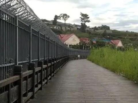 Hàng rào tại thị trấn biên giới Wanding, tỉnh Vân Nam (Trung Quốc).