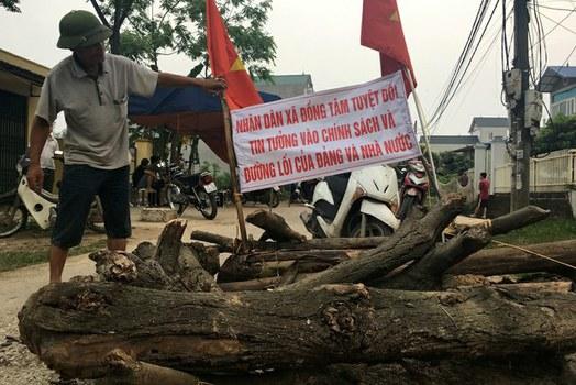 Đường vào Đồng Tâm bị chặn sau vụ bắt giữ cán bộ và công an ở xã Đồng Tâm hôm 20/4/2017.