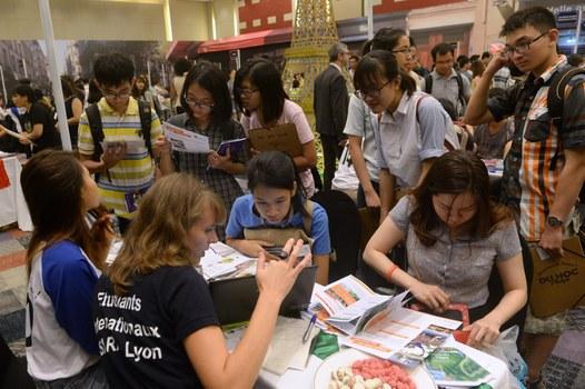 Ảnh minh họa. Sinh viên Việt Nam tìm hiểu thông tin về du học tại hội chợ giáo dục Pháp, diễn ra ở Hà Nội ngày 9/10/16.