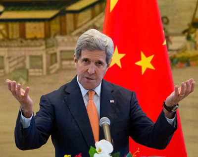 Ngoại trưởng Mỹ John Kerry tham dự một cuộc họp báo chung với Ngoại trưởng Trung Quốc Wang Yi tại Bộ Ngoại giao ở Bắc Kinh vào ngày 16 Tháng 5 năm 2015. AFP