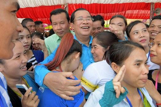 Thủ tướng Campuchia Hun Sen trong một buổi lễ tại một nhà máy ở Phnom Penh vào ngày 6 tháng 9 năm 2017.