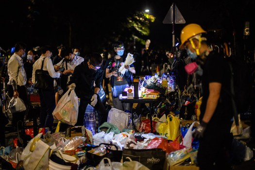 Hình minh hoạ. Những sinh viên tham gia biểu tình thăm một quầy cung cấp đồ ở Trường đại học Trung Văn ở Hong Kong hôm 13/11/2019
