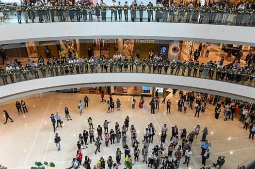 Hình minh hoạ. Nhân viên văn phòng tập trung ủng hộ những người biểu tình đòi dân chủ trong một khu trung tâm mua bán ở Hong Kong hôm 26/11/2019