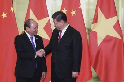 Ảnh minh họa.  Thủ tướng Việt Nam Nguyễn Xuân Phúc bắt tay Chủ tịch Trung Quốc Tập Cận Bình tại Đại lễ đường Nhân dân Bắc Kinh, ngày 25/4/ 2019.