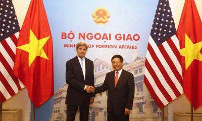 Ngoại trưởng Mỹ John Kerry (trái) bắt tay với Bộ trưởng Ngoại giao Phạm Bình Minh (phải) tại Hà Nội ngày 24 tháng 5 năm 2016.