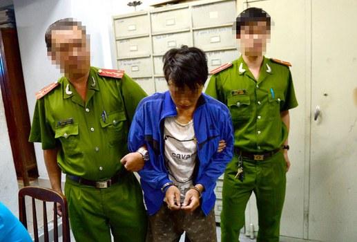 Ôn Thành Tân bị cảnh sát bắt khi cùng bạn giật thức ăn.