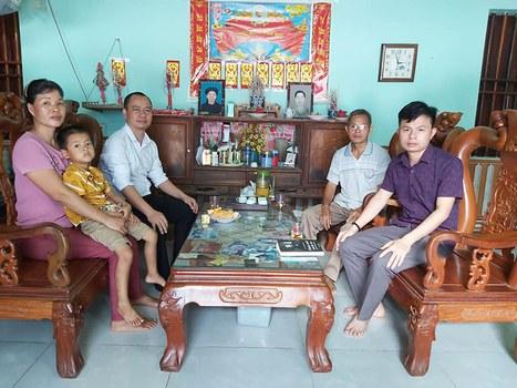 Luật sư Ngô Ngọc Trai (áo sơ mi trắng) cùng thân nhân gia đình của tử tù Đặng Văn Hiến.