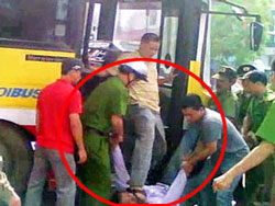 Một công an đứng trên xe buýt đạp liên tục vào mặt Anh Nguyễn Chí Đức trong cuộc biểu tình chống Trung Quốc hôm 17-07-2011 tại Hà Nội. Screen capture.