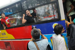 Chị Bùi Minh Hằng (áo đen) cùng những người biểu tình chống TQ sáng 21-08-2011 tại Hà Nội dù bị bắt đưa lên xe buýt vẫn tiếp tục biểu tình phản đối TQ. Source Danlambao.