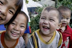 Nụ cười của các trẻ em HMong ở vùng núi phía bắc tỉnh Điện Biên. AFP photo