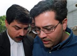 Ông Manu Sharma (P), con trai của một chính trị gia, kẻ đã giết Jessica, đang nói chuyện với luật sư tại tòa án Patiala House ở New Delhi ngày 12 Tháng 5 năm 1999. AFP photo