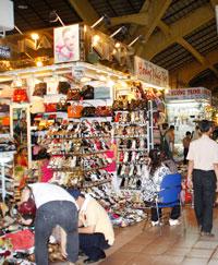 Quầy hàng giày dép trong chợ Sàigon. RFA