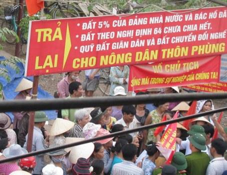 Người dân thôn Phùng Khoang, phường Trung Văn, quận Nam Từ Liêm ngoại thành Hà Nội biểu tình đòi đất tháng 09/2010.