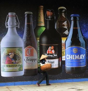 Quảng cáo bia rượu ở một tòa nhà lớn tại Hà Nội.
