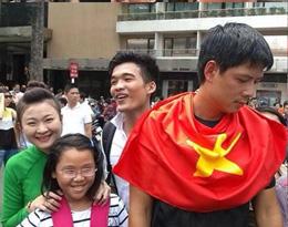 MC Bình Minh xuống đường biểu tình phản đối Trung Quốc...(source vnexpress)