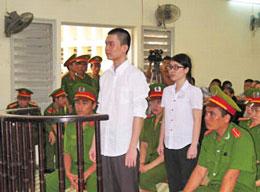 Giới trẻ mạnh dạn đấu tranh: Sinh viên Đinh Nguyên Kha và Nguyễn Phương Uyên tại phiên xử sáng ngày 16/05/2013 ở Tòa án Nhân dân tỉnh Long An. AFP