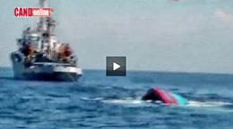 Tàu cá Việt Nam bị chìm ngay sau khi tàu TQ đâm hôm 26/5/2014. Hình chụp từ video.