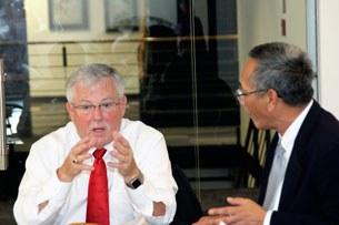 Chuyên gia Đông Nam Á, giáo sư Carlyle Alan Thayer  trong lần đến thăm đài RFA năm 2011