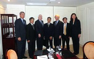 Từ trái: TNS Sheldon Whitehouse, LS Nguyễn văn Đài, TNS John McCain, BS Phạm Hồng Sơn, TNS Joseph Lieberman, LS Lê Quốc Quân và TNS Kelly Ayotte. Source NVD