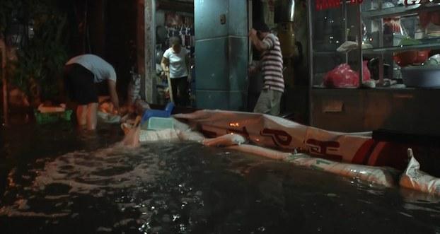 Người dân bơm nước tràn vào nhà ra ngoài.
