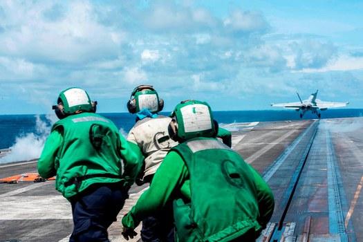 Bay diễn tập từ tàu sân bay USS Reagan ở Biển Đông
