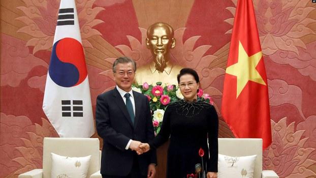 Ảnh minh họa:  Chủ tịch Quốc hội Việt Nam Nguyễn Thị Kim Ngân (phải) và Tổng thống Hàn Quốc Moon Jae-in tại Hà Nội ngày 23/3/2018.