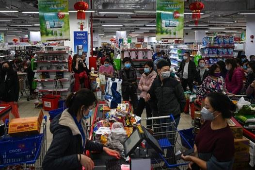 Người dân đeo mặt nạ xếp hàng mua đồ dự trữ tại siêu thị ở Hà Nội, lo ngại về sự lây lan COVID-19. Ảnh chụp ngày 7 tháng 3 năm 2020.