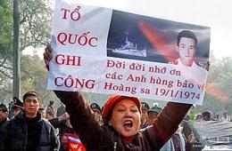 Sáng ngày 19/1/2014, dân Hà Nội đã có mặt tại tượng đài Lý Thái Tổ – Hồ Gươm – Hà Nội để tham gia buổi Lễ tưởng niệm tri ân 74 quân nhân Hải Quân VNCH đã hy sinh trong trận hải chiến năm 1974 ở Hoàng Sa