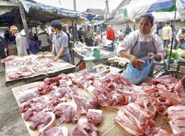 Quầy bán thịt heo ở Hà Nội. AFP