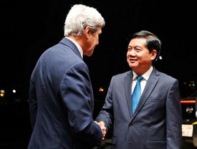 Ngoại trưởng Mỹ John Kerry (trái) và Bí thư Thành ủy Thành phố Hồ Chí Minh Đinh La Thăng tại thành phố Hồ Chí Minh ngày 13 tháng 1 năm 2017.