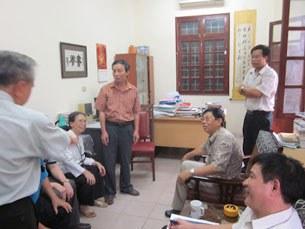 TS Nguyễn Xuân Diện (đứng ngoài cùng bên phải ảnh) cùng nhiều bạn bè tại phòng làm việc.