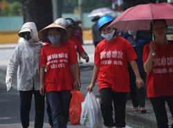 Một nhóm nông dân lên Hà Nội biểu tình khiếu kiện đất đai hôm 29/8/2012. AFP photo