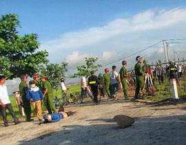 Tại huyện Vụ Bản, tỉnh Nam Định ngày 9 tháng 5, 2012 lực lượng đông đảo cảnh sát cơ động tràn vào trấn áp số nông dân đa số là phụ nữ có chị bị đánh bất tỉnh rồi kéo lê ra đường.