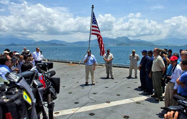 Bộ trưởng Quốc phòng Mỹ Leon Panetta (giữa) nói chuyện với các phi hành đoàn khi ông đến thăm tàu USNS Richard E. Byrd neo đậu tại Vịnh Cam Ranh của Việt Nam vào ngày 03 tháng 6, 2012