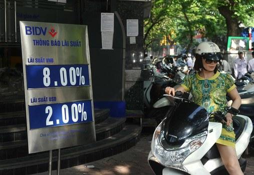 Khách hàng rời chi nhánh Ngân hàng Đầu tư và Phát triển Việt Nam (BIDV) ở Hà Nội hôm 10/5/2013.