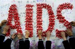 Sinh viên TQ dùng ruy băng đỏ kết chữ AIDS hôm 30/11/2009. AFP photo