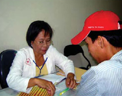 Một bệnh nhân nhiễm HIV đang được tư vấn từ quỹ PEPFAR. Photo courtesy of pepfar.gov