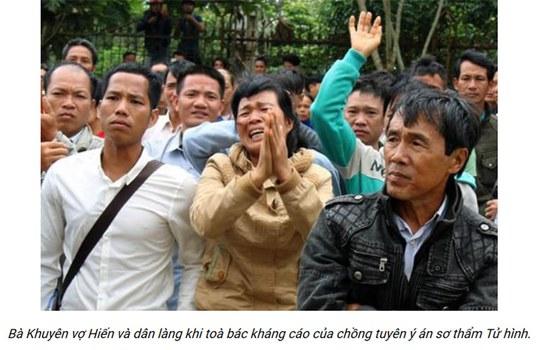 Hình ảnh của bà Mai Thị Khuyên (người chấp tay), vợ của nông dân Đặng Văn Hiến cùng người dân Đăk Nông sau khi tòa phúc thẩm tuyên y án tử hình đối với ông Hiến.