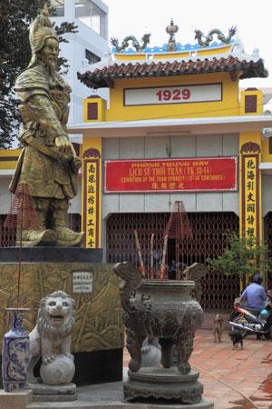 Tượng Đức thánh Trần Hưng đạo phía trước đền Đức Thánh Trần ở Sài Gòn. Ảnh chụp hôm 9/8/2010.