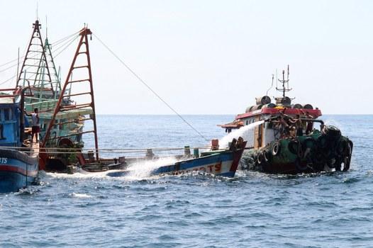 Chính quyền Indonesia đánh chìm tàu đánh cá Việt Nam tại đảo Datuk, Tây Kalimantan vào ngày 4/5/2019 do đánh bắt hải sản bất hợp pháp.