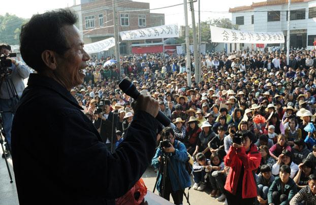 Ông Lin Zulian  phát biểu nhân cuộc biểu tình tố cáo các viên chức địa phương trưng dụng đất của họ mà không đền bồi thỏa đáng hôm 21 tháng 12 năm 2011.