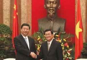 Phó Chủ Tịch Trung Quốc Tập Cận Bình (T) và Chủ Tịch nước VN Trương Tấn Sang tại Hà Nội hôm 21/12/2011