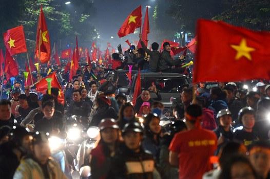 Người hâm mộ Việt Nam ăn mừng trên đường phố Hà Nội sau chiến thắng của Việt Nam trước Indonesia trong trận chung kết bóng đá nam SEA Games 2019.