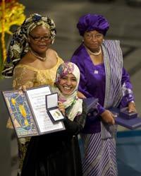 Ba phụ nữ nhận giải Nobel Hòa bình 2011: Tổng thống Liberia Ellen Johnson Sirleaf (P), nhà hoạt động hòa bình Liberia Leymah Gbowee (T) và nhà hoạt động Tawakkol Yemen Karman (giữa) hôm10/12/2011 tại thành phố Oslo. AFP