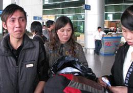 Các công nhân ở Nga đã về đến sân bay Nội Bài vừa mừng vừa uất ức tức tưởi. Source phapluattp.vn