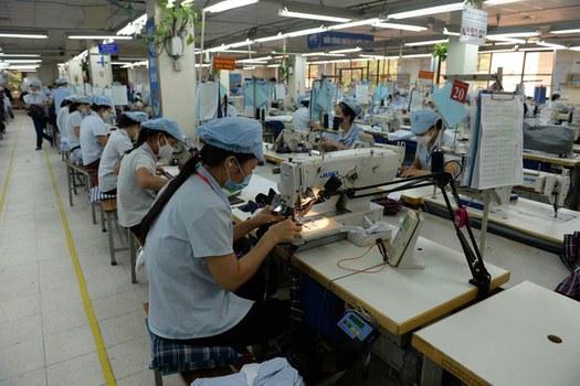 Ảnh minh họa: Công nhân đang làm việc tại nhà máy sản xuất dệt may tại Việt Nam