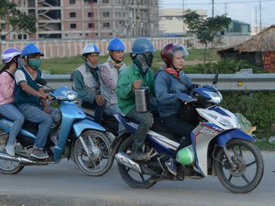 Công nhân Việt Nam sau giờ tan ca.