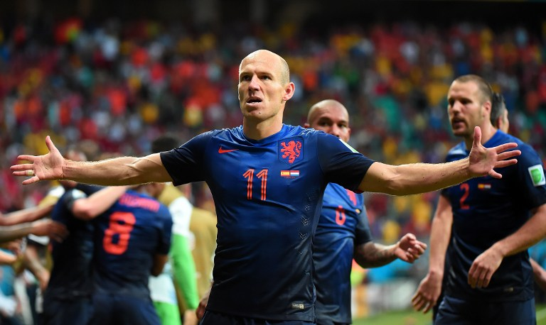 Cầu thủ đội Hà Lan Arjen Robben (giữa) vui mừng sau khi ghi bàn trong trận gặp Tây Ban Nha tại sân Fonte Nova Arena ở Salvador ngày 13 tháng 6 năm 2014.