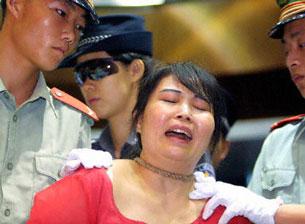 Một phụ nữ tên Wang Xiongyin ở Trung quốc bị kết án tử hình vì buôn trên 200gr bạch phiến (2003). AFP